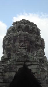Der Bayon ist ein Tempel mit vielen Türmen, auf denen meterhohe Gesicher abgebildet sind