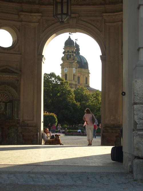 In München gibt es viele Parks und Gärten: hier der Hofgarten nahe der Residenz
