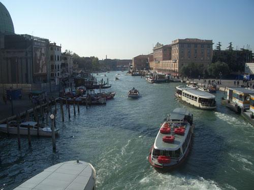 Schiffe im Canal Grande in Venedig