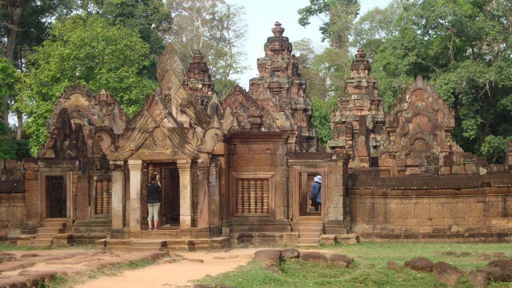Der aus Sandstein gebaute Langtempel Banteay Srei nahe Kbal Spean