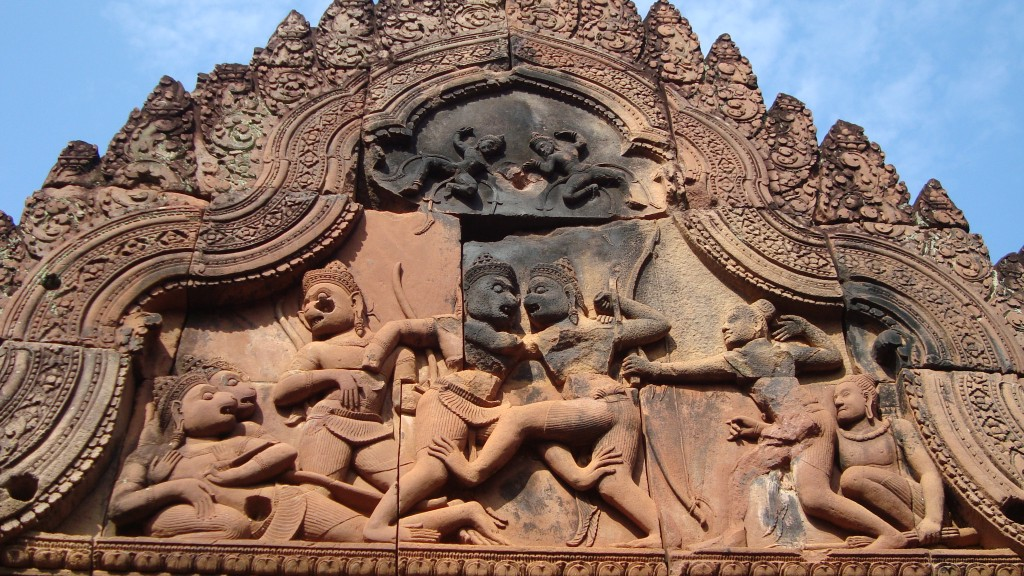 Schöner Türsturz in Banteay Srei: Sugriva kämpft gegen Valin