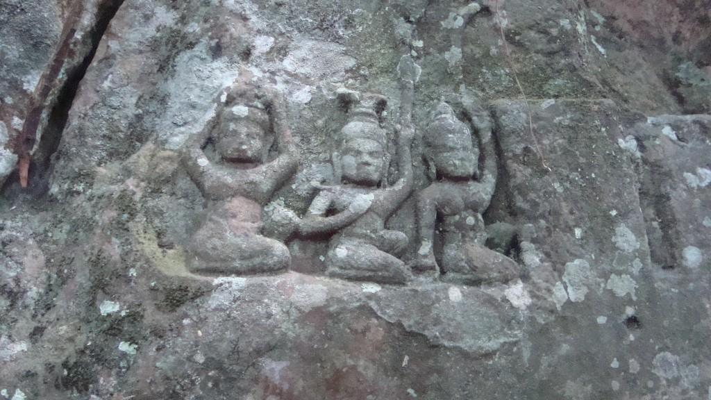Bildnis in Kbal Spean: drei im Fluss badende Gottheiten