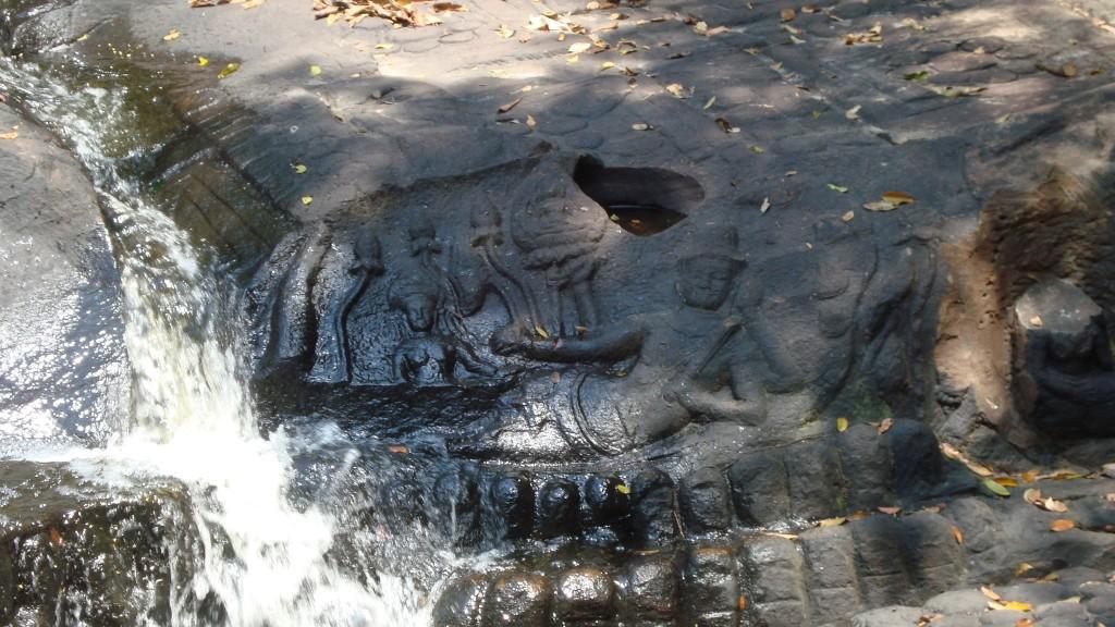 Bildnis in Kbal Spean: Vishnu liegt auf der Schlange Ananta
