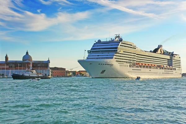 Kreuzfahrtschiff - Einfahrt in den Hafen von Venedig - Sicherheit bei Schiffsreisen