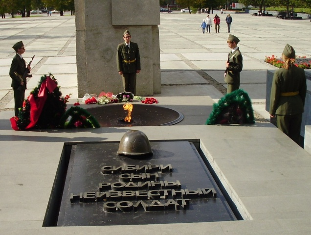 Soldaten bewachen das Ewige Feuer zu Ehren der im zweiten Weltkrieg gefallenen sowjetischen Soldaten