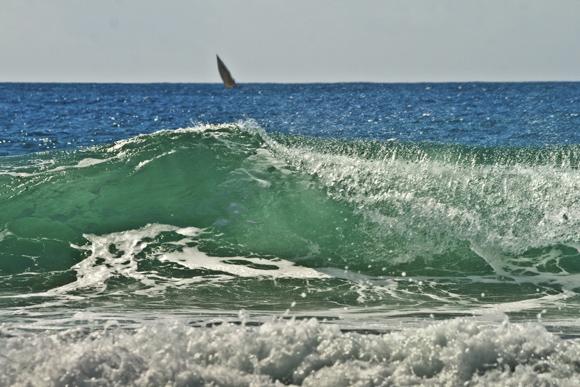 Brandung des Indischen Ozeans, Dhau (Fischerboot). © Willi Dolder
