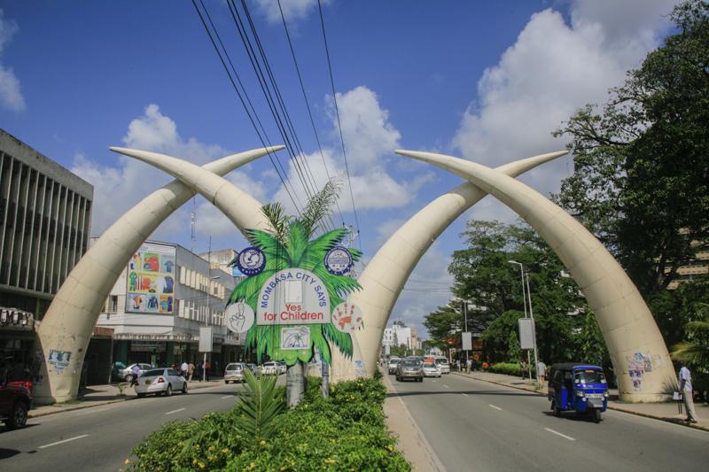 """An der Moi Avenue in Mombasa sind die """"Tusks"""", die Stosszähne, ein Wahrzeichen. © Willi Dolder"""