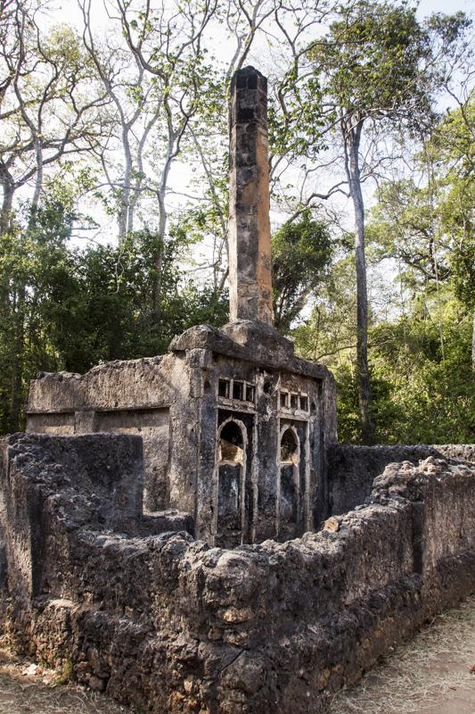 Säulengrab eines moslemischen Imam, Ruinenstadt Gede. © Willi Dolder