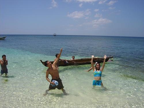 Schon bei der Anreise per Boot und Fähre fällt dem Urlauber das kristallklare Wasser rund um Siquijor Island auf – hier direkt vor dem Resort.