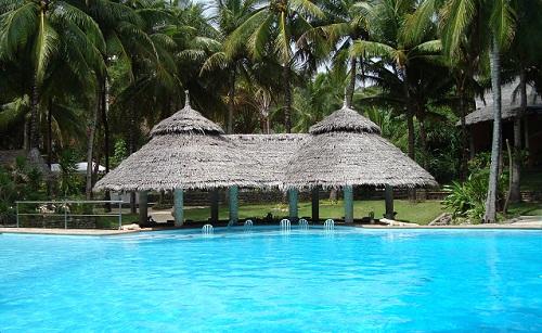 Der größere und neuere Swimming Pool im Coco Grove Beach Resort verfügt sogar über eine integrierte Bar