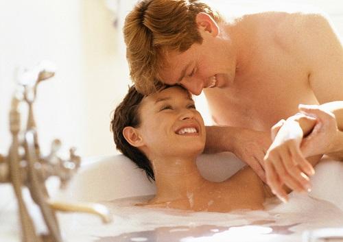 Verliebtes Paar in einem exklusiven Hotelzimmer mit Whirlpool