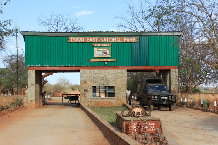 Eingang zum Tsavo-Ost-Nationalpark bei Voi. © Willi Dolder