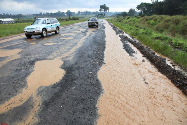 Auch wichtige Verkehrsverbindung wie hier zwischen Nyahururu und Njeri sind über weite Strecken in lamentablem Zustand.  ©Willi Dolder