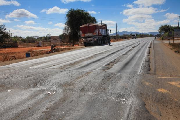 Die neue, von den Chinesen gebaute Hauptstrasse zwischen Mtito Andei und Voi ist von den bis 60 Tonnen schweren Lastwagen bereits wieder ruiniert worden... © Willi Dolder