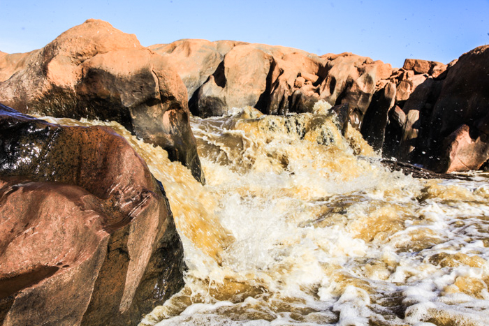 Der Galana River hat im Tsavo-Ost bei den Lugards Falls wunderschöne Felsformationen geschaffen. © Willi Dolder