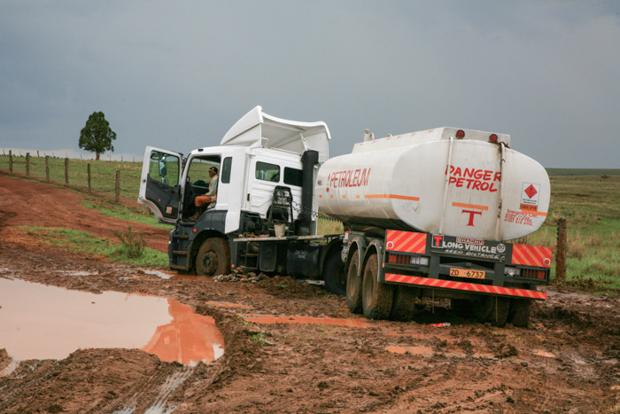 Oft bleiben in der Regenzeit die schweren Last- und Tankwagen Tage lang im Morast stecken. Resultat: Benzinmangel, verdorbene Milch und Lebensmittel und vieles andere mehr. © Willi Dolder