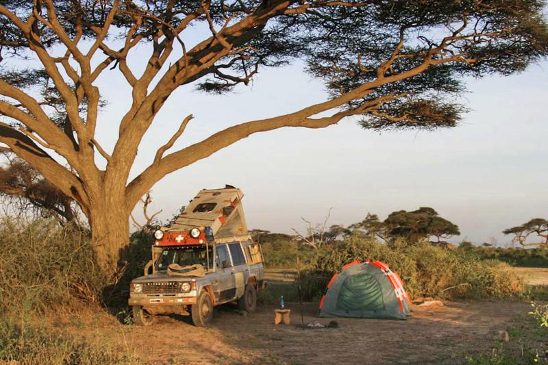 Camping im Amboseli Nationalpark. Früher kamen jede Nacht die Elefanten - heute ist der Zeltplatz mit einem Elektrozaun geschützt. ©Willi Dolder