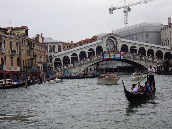 Rialto-Brücke in Venedig mit Gondel