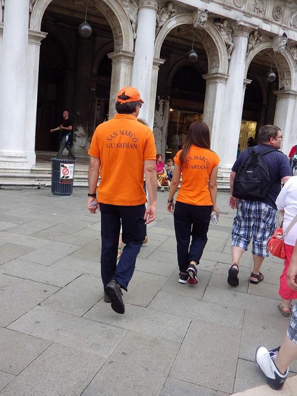 Verhaltensregeln für Touristen am Markusplatz in Venedig