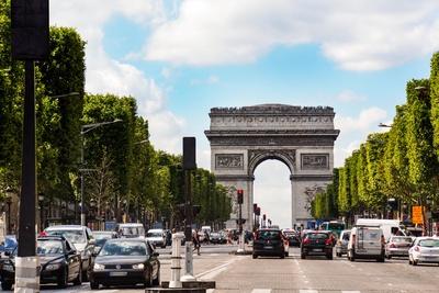 Champs Elysees mit Triumpfbogen im Hintergrund