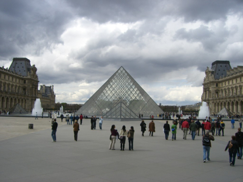 Bild 3: Die berühmte Pyramide vor dem Louvre